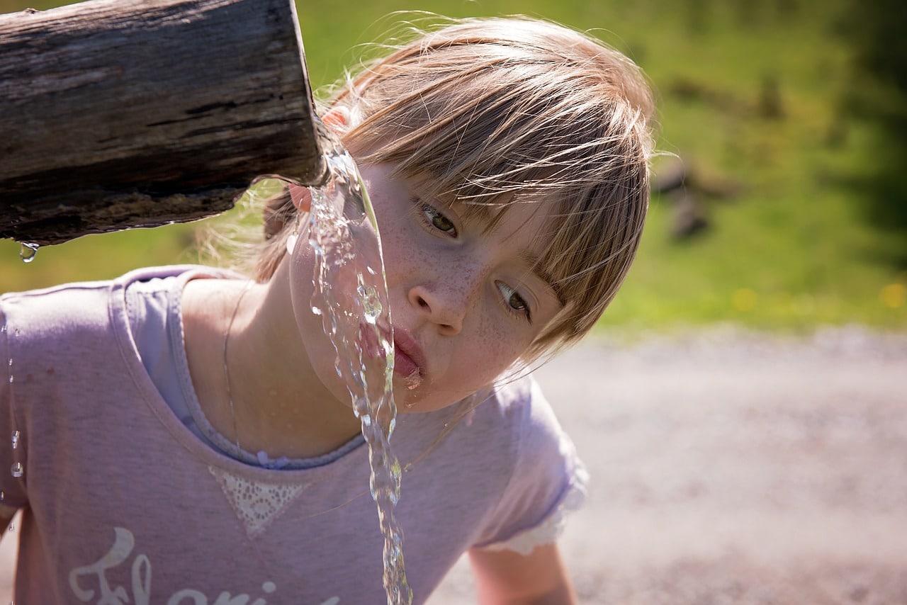 dziecko z wodą